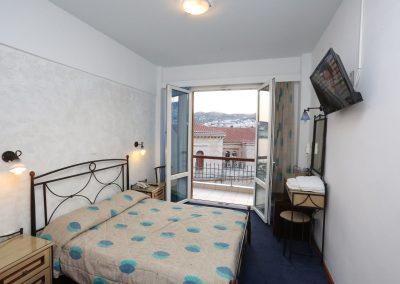 Δίκλινο με διπλό κρεβάτι και θέα την πόλη