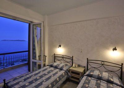 Δίκλινο με δύο μονά κρεβάτια και θέα την θάλασσα